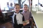 Bentje (links) und Eva (rechts) kommen regelmäßig mit ihrer Klasse in die Bibliothek