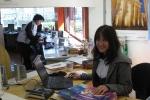Girla - helfende Hand und kluger Kopf in der Bibliothek